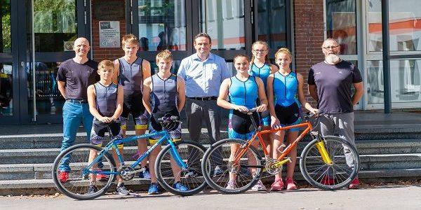 Schulleiter Klanke verabschiedet das FBG Triathlon Team